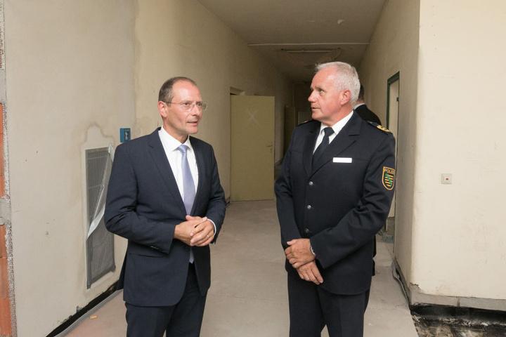 Im Juli 2017 besichtigte der damalige sächsische Innenminister Markus Ulbig (CDU) einen Gebäudetrakt der Bereitschaftspolizei, in dem das Abhörzentrum entstehen soll.