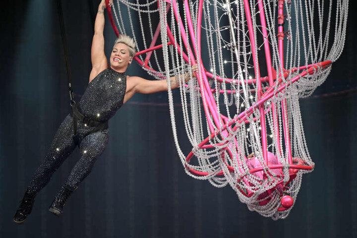 An einem Seil gesichert schwebte sie durchs Stadion.