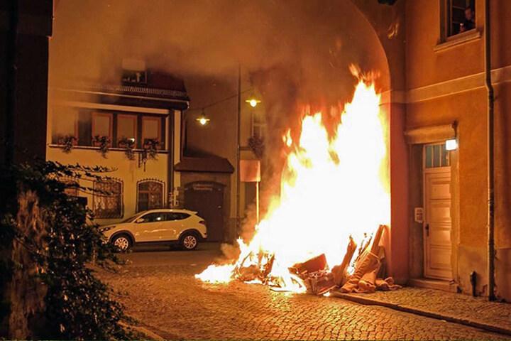 Vor einem Mehrfamilienhaus in der Moritzstraße brannte abgelegter Sperrmüll.