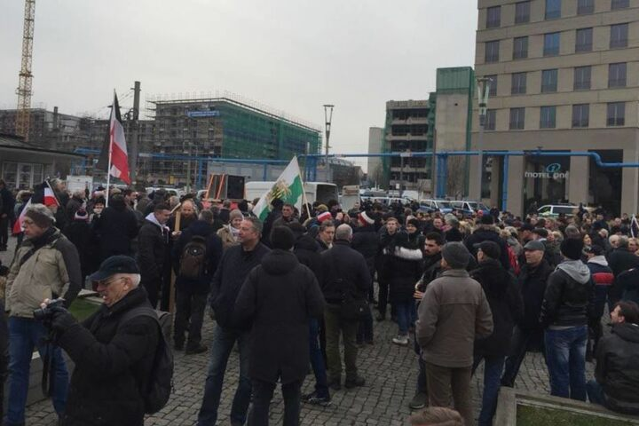Rechte Demonstranten versammeln sich auf dem Postplatz.