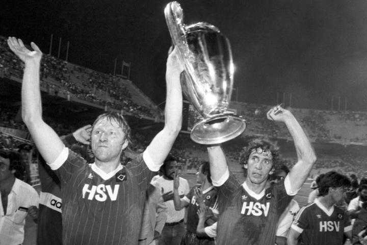 Horst Hrubesch (links) nach dem Sieg im Endspiel zwischen HSV und Juventus Turin im Pokal der Landesmeister 1983. (Archivbild)