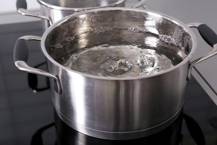 Die 30-Jährige schüttete ihrer Kontrahentin einen Topf mit kochendem Wasser über den Arm. (Symbolbild)