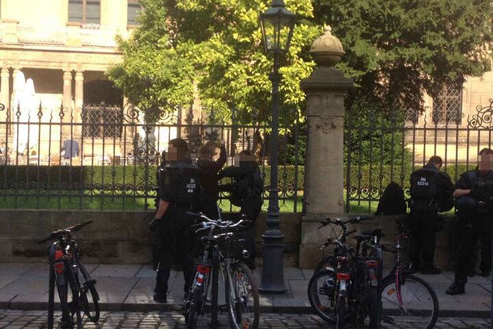 Die Polizei untersucht einen PEGIDA-Teilnehmer.