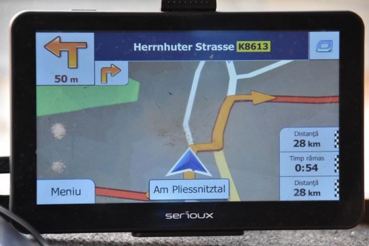 Sein Navigationsgerät hatte den Lkw-Fahrer auf die enge Dorfstraße geführt.