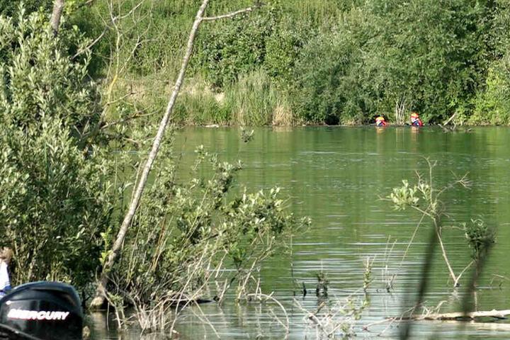 Alarmierte Rettungskräfte suchen in einem Weiher bei Mötzing im Landkreis Regensburg nach einem Mann.