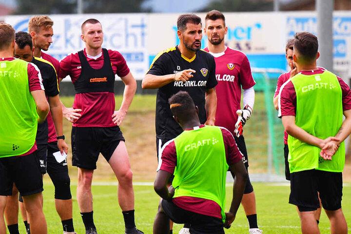 Dynamo-Coach Cristian Fiel (M.) sorgte gleich für Feuer im Training.