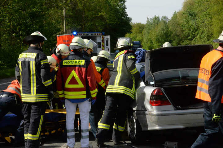 Ein Notarzt versorgte den Mann nach seiner Rettung aus dem Autowrack.