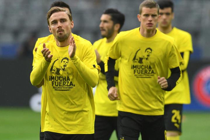 Mit speziellen T-Shirts grüßten die Dortmunder Spieler ihren verletzten Mannschaftskameraden Marc Bartra.