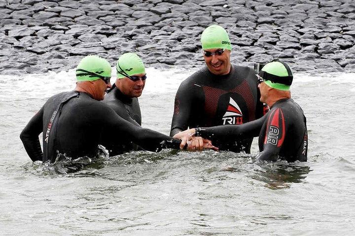"""Das Sportler-Team um Stev """"Theo"""" Theloke (39) schwimmt, radelt und läuft 300 Kilometer weit quer durch die Nordsee."""