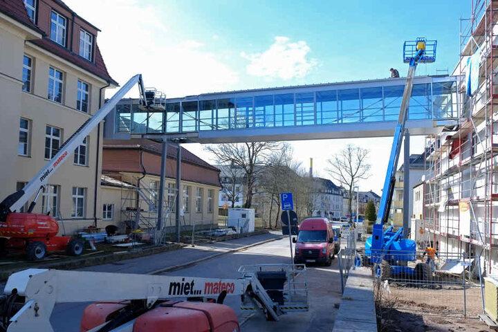 Eine neue Glas-Stahl-Brücke führt die Schüler des Evangelischen Schulzentrums ab nächstem Schuljahr sicher und trocken über die Helmholtzstraße.