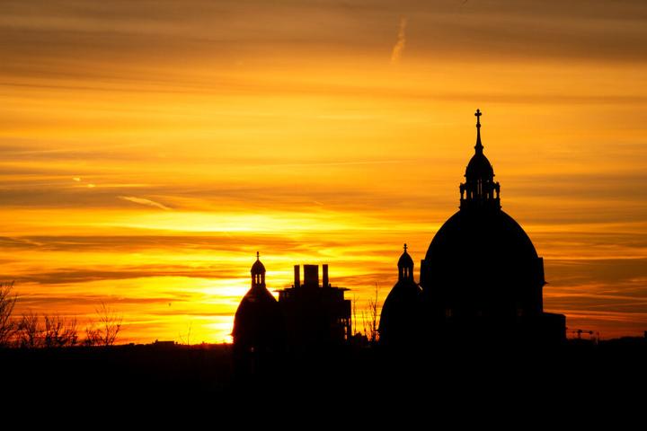 Die Sonne geht hinter der St.Lukas Kirche unter. Klimaaktivisten wollen die Kirchen auf ihrer Seite bringen.