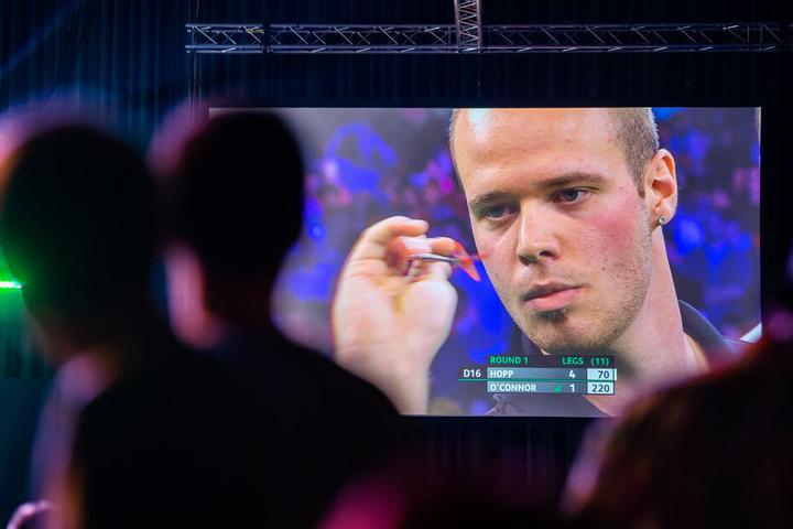 Der deutsche Dartsprofi Max Hopp ist während der European Darts Championship (EDC) auf einer Leinwand abgebildet.