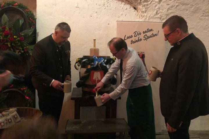 Manuel Pretzl (m.) zweiter Bürgermeister von München hat das Jubiläums-Fass angezapft und schenkt für Harald Stückle (l.) und Bernard Klier aus.