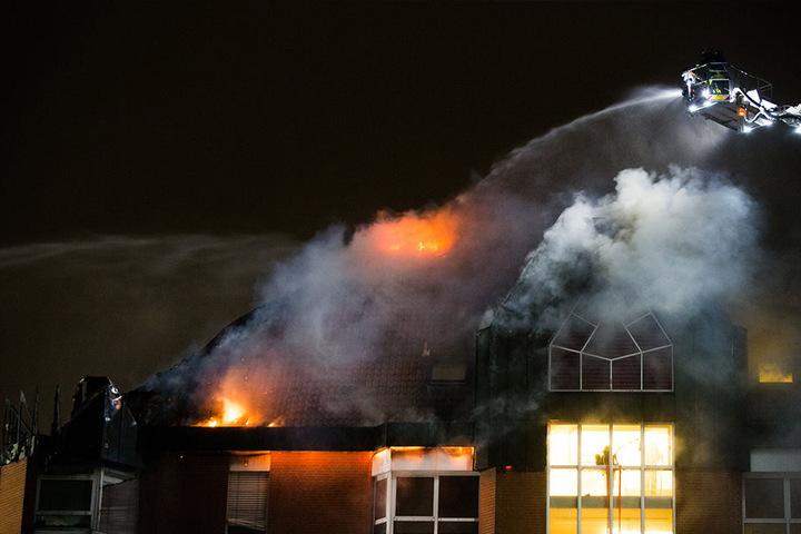 Bei dem Feuer sind mindestens 15 Menschen verletzt worden.