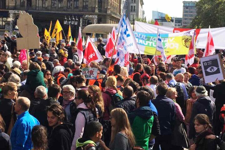 Tausende versammelten sich zum Protest auf dem Frankfurter Opernplatz.