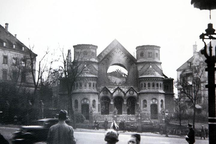 Die Alte Synagoge am Stephanplatz wurde während der Novemberpogrome 1938 zerstört. Der Israelitische Friedhof überdauerte.