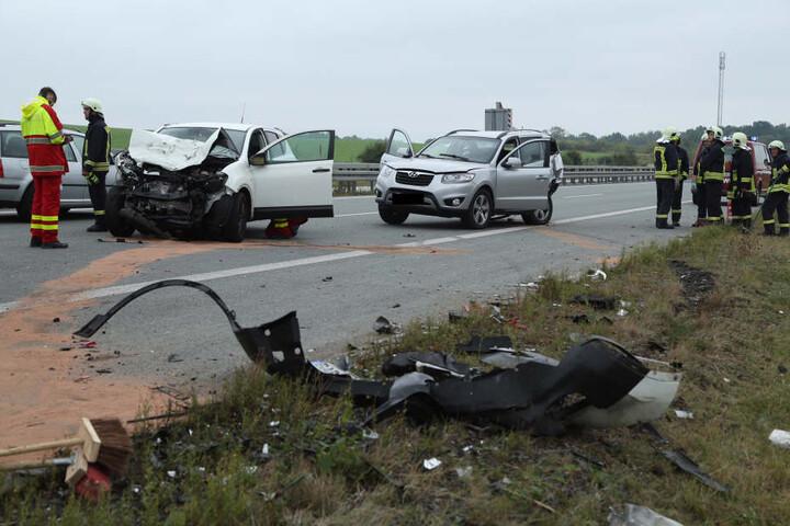 Da beide Fahrzeuge beim Unfall auf die Fahrbahnmitte geschleudert wurden, sperrte die Polizei die BAB13 für mehrere Stunden.