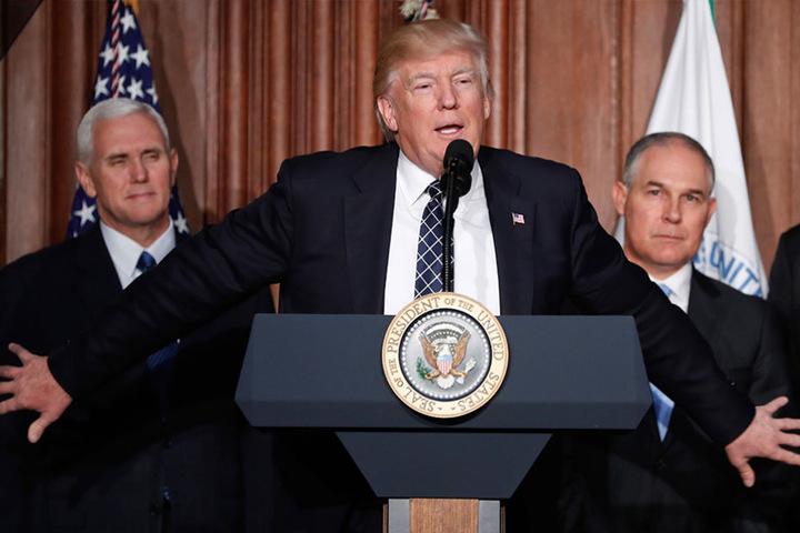 Trump mit seinem Vize Mike Pence (l.) und dem Chef der US-Umweltbehörde EPA, Scott Pruitt.