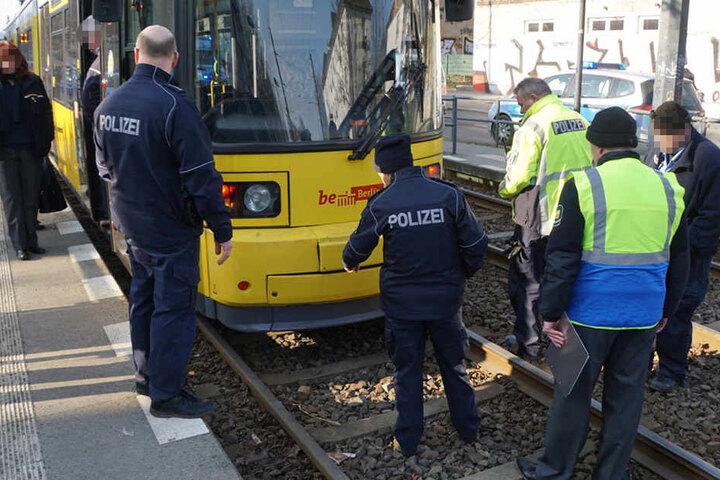 Die Polizei untersucht die Straßenbahn nach dem Unfall mit dem Kind.