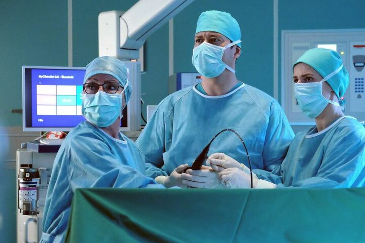 Beim Eingriff finden Dr. Philipp Brentano und Dr. Maria Weber (r.) etwas Ungewöhnliches.
