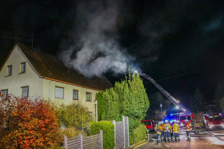 Die Feuerwehr bei den Löscharbeiten des Hauses.