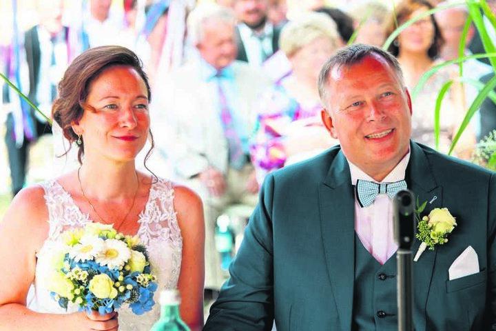 Stefanie und Gunter feierten vor wenigen Tagen auf der großen Wiese am Carolaschlößchen ihre Hochzeit - ergriffen lauschen sie der Rede von Karl-Heinz Bellmann.
