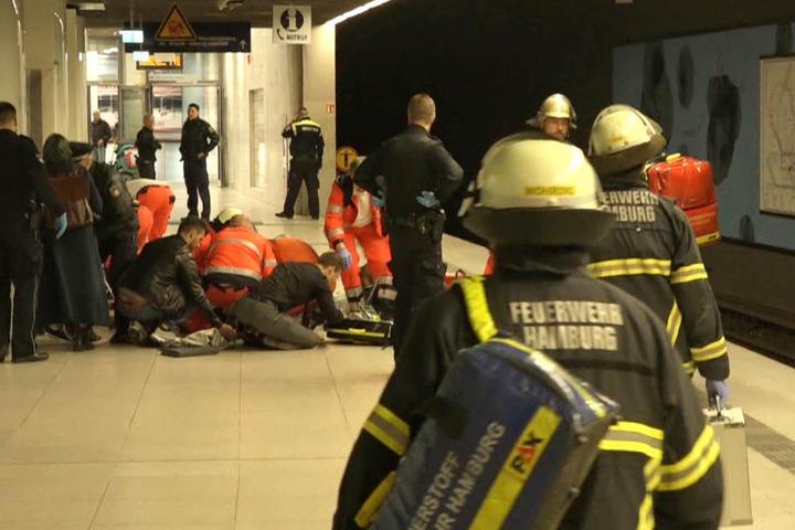 An der S-Bahnstation Jungfernstieg haben Rettungskräfte noch versucht, die Frau und das Kind wieder zu beleben.