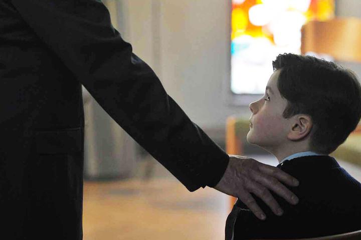 Der pädophile Pater Bernard Preynat (Bernard Verley) missbrauchte jahrelang kleine Jungen.