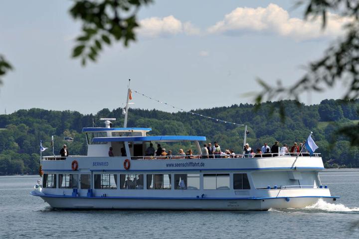 """Das Fahrgastschiff """"Bernried"""" fährt bei Bernried auf dem Starnberger See."""