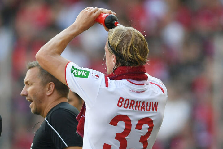 Hitzepause: Der Kölner Sebastiaan Bornauw kühlt sich mit Wasser ab.