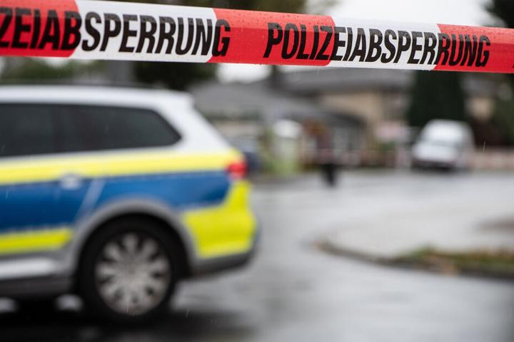 Ein Polizeiauto steht an einem Tatort. (Symbolbild)