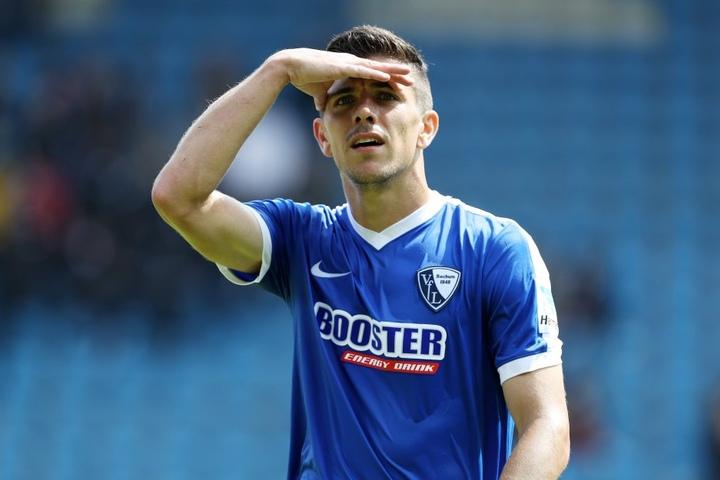 Ein Blick zurück? Oder nach oben? Anthony Losilla liegt mit seinem VfL Bochum  in der Tabelle fünf Plätze hinter Dynamo.