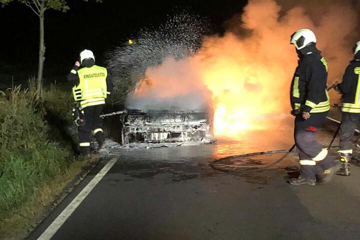Glücklicherweise konnte die junge Frau sich rechtzeitig aus dem brennenden Auto befreien.