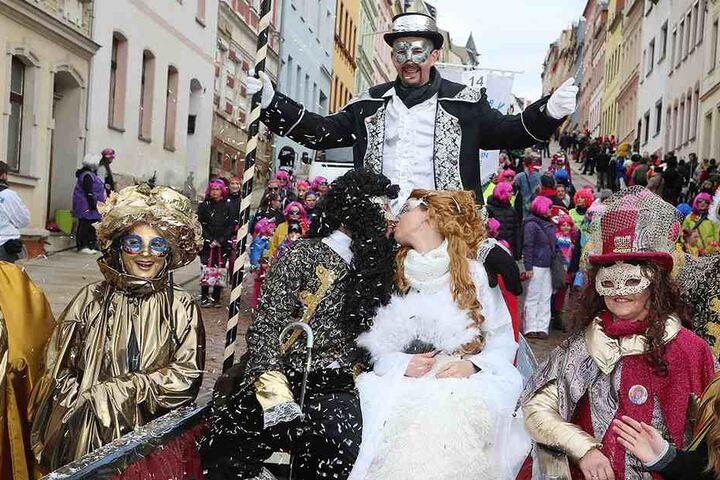 Ein Küsschen in Ehren... Die Teilnehmer am Meeraner Straßenfasching hatten viel Spaß.