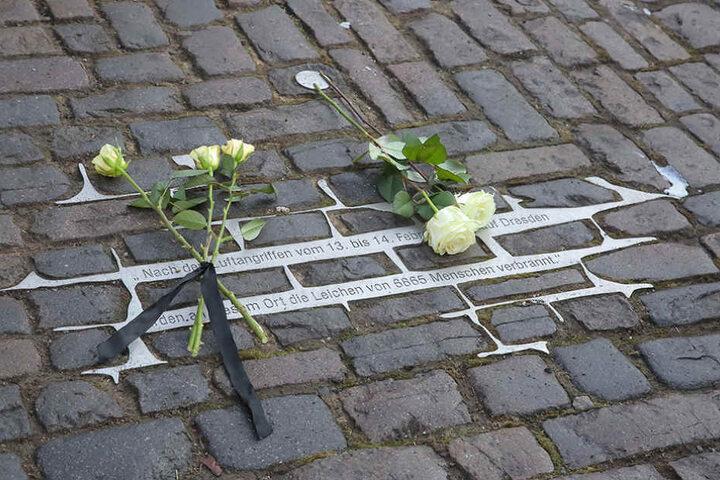Weiße Rosen gelten als Zeichen des Gedenkens.