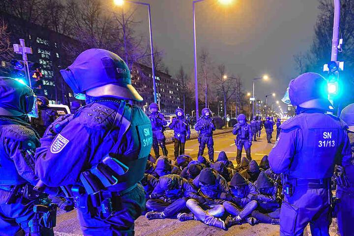Wegen solcher Proteste wie hier an einem 13. Februar in Dresden greift die Polizei auch auf Funkzellenabfragen für Handys zurück. Die Grünen sehen das kritisch.