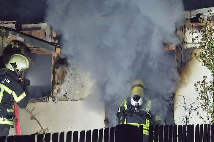 Nur mit Atemschutzgeräten konnten die Kameraden der Feuerwehr in die zugequalmte Laube gehen.
