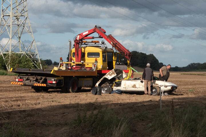 Der zerstörte Oldtimer wurde nach dem Unfall abgeschleppt.