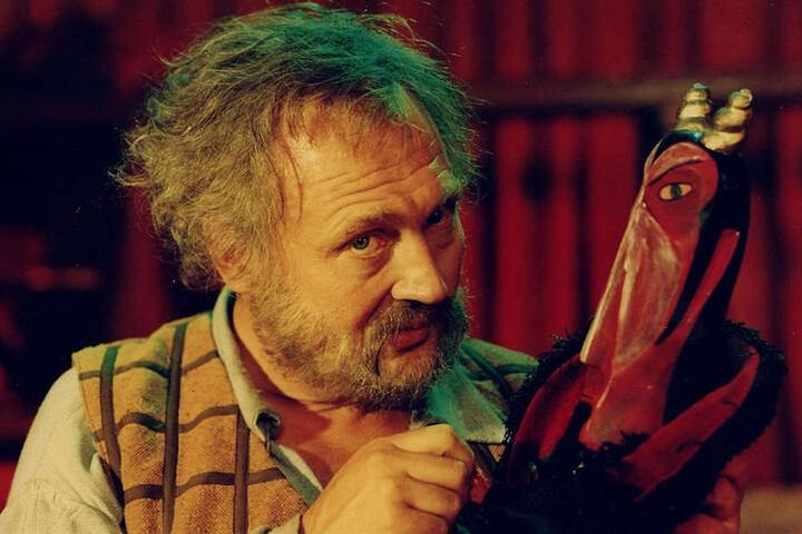 """Rolf Hoppe in """"Hans Röckle und der Teufel"""" (1974)."""
