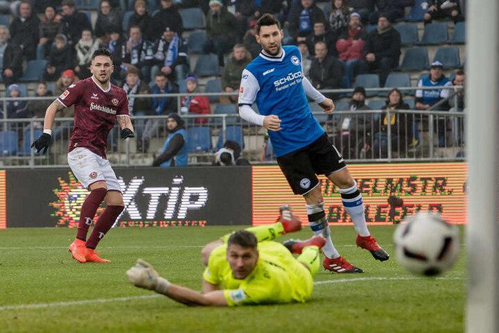 Pascal Testroet knallt den Ball bei Arminia Bielefeld nur an die Latte.
