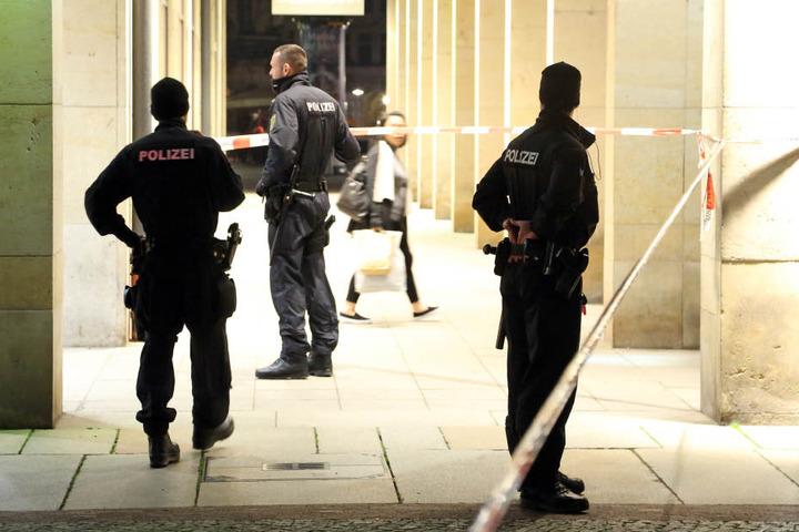 Damals waren 97 Einsatzkräfte vor Ort, sicherten den Hinterhof der Wilsdruffer Straße.