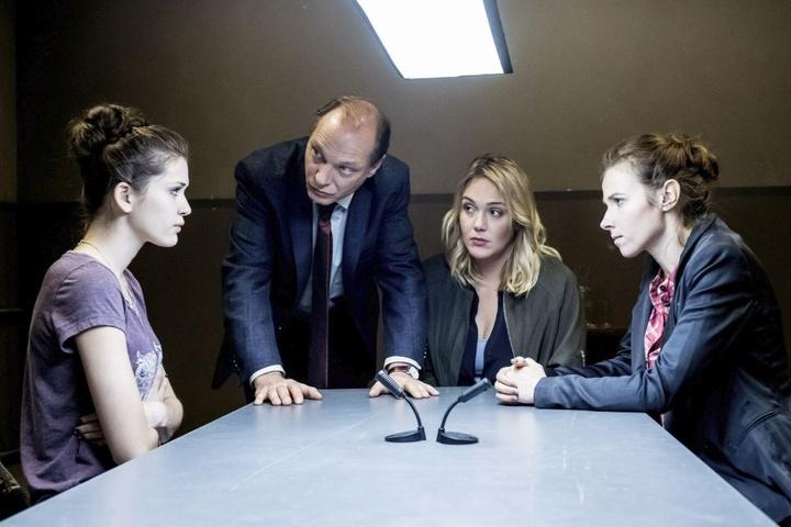 Die drei Kommissare Martin Brambach (50), Alwara Höfels (35) und Karin  Hanczewski (35, r.) vernehmen die Zeugin Emiliia (l.), gespielt von Caroline  Hartig (20).