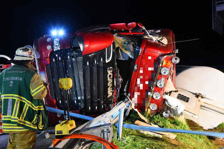 Der Lkw war in einer Kurve umgekippt, der Fahrer stundenlang im Führerhaus gefangen.