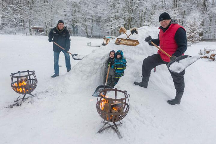 Auf der Hofewiese schufteten René Jahn (51) und Chef Holger Zastrow (48, r.), damit Luca und Finnley (beide 5) die Schneehöhle erobern durften.