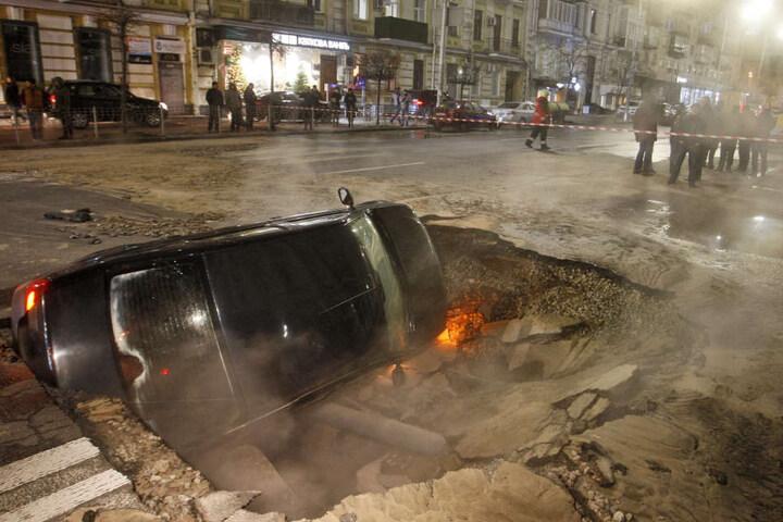 Einsatzkräfte brauchten eine Weile, um das Fahrzeug aus dem riesigen Loch zu holen.