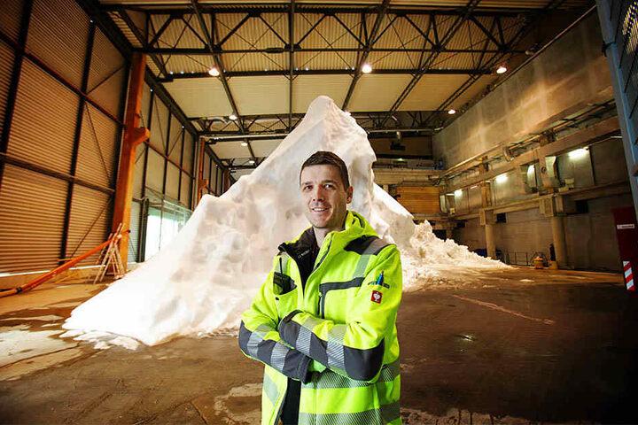 Flughafen-Techniker Christian Schlüfter (36) betreut die Schnee-Produktion in einer der Lagerhallen vom Dresdner Flughafen.