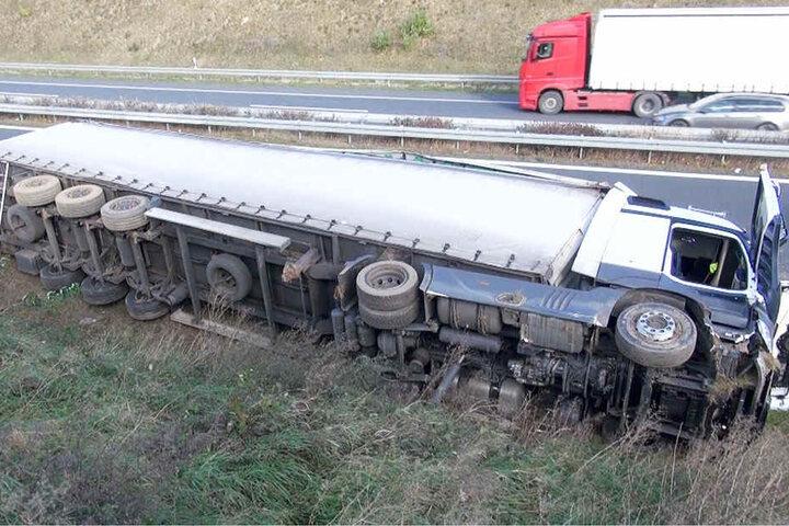 Der Laster wurde von einer Windböe erfasst und kippte auf die Seite.