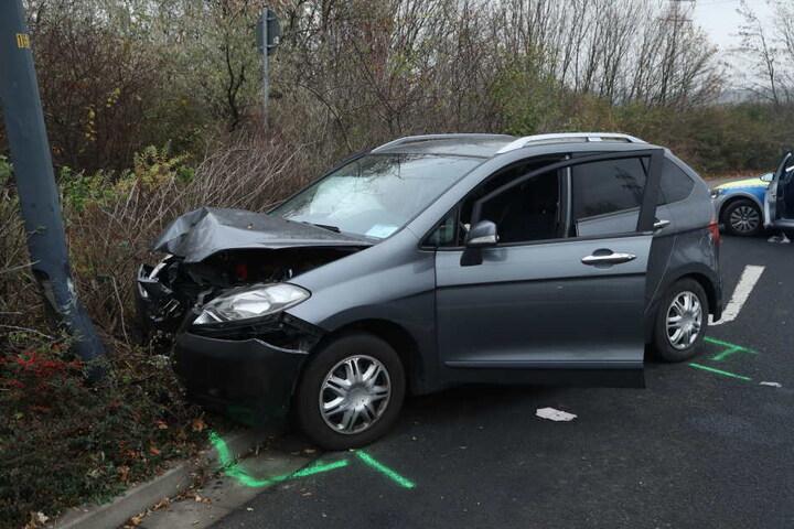 Der Fahrer und seine Beifahrerin wurden verletzt.