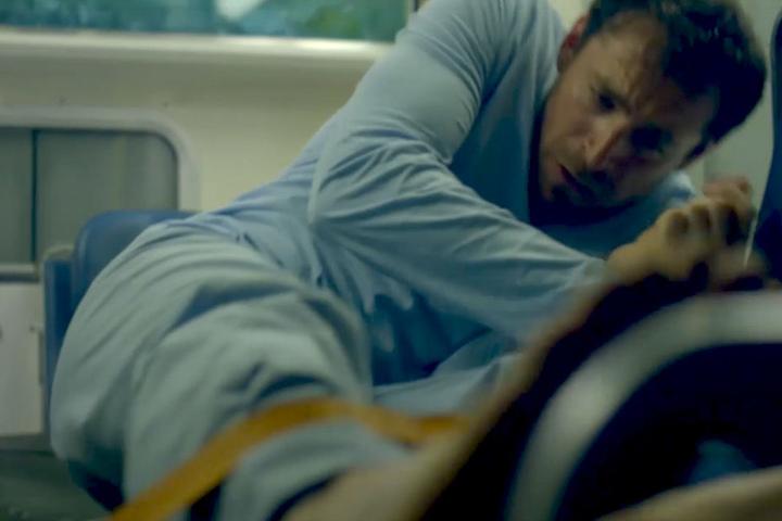 Fünf Jahre nach dem Unfall erwacht Florian Bassot aus dem Koma – in einem fremden Körper. Das Spiel beginnt...