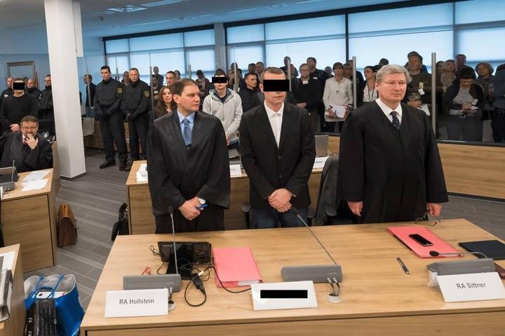 Blick auf die Anklagebänke: Zwei der Angeklagten mit ihren Verteidigern.